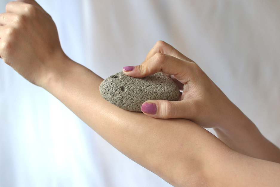 Does pumice stone remove hair from roots?